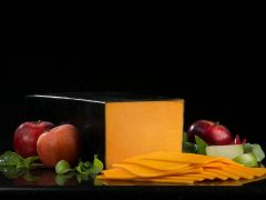 Boar's Head Wisconsin Sharp Cheddar Cheese - 1/2 pound sliced